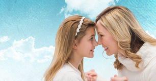 Mère et fille avec le graphique blanc sur le fond gris Photographie stock libre de droits