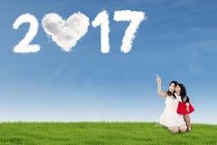 Mère et fille avec le numéro 2017 sur le champ Image libre de droits