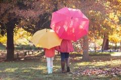 Mère et fille avec le parapluie au parc Photographie stock libre de droits