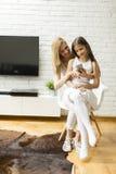 Mère et fille avec un téléphone portable Photo libre de droits