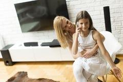 Mère et fille avec un téléphone portable Image libre de droits
