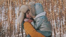 Mère et fille ayant l'amusement dans Sunny Weather froid en parc d'hiver dehors banque de vidéos