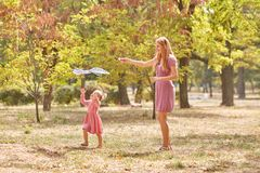 Mère et fille ayant l'amusement sur un fond de parc Famille pilotant un cerf-volant Concept de maternité Copiez l'espace photo libre de droits