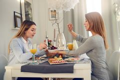 Mère et fille ayant une conversation intime Photos stock