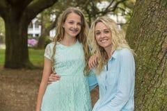 Mère et fille blondes dehors photo libre de droits