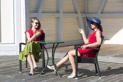 Mère et fille causant dans la terrasse Images libres de droits