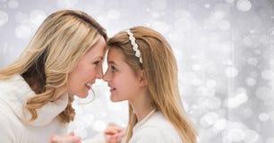 Mère et fille contre le bokeh blanc Photographie stock libre de droits