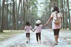 Mère et fille d'enfants tenant la main et marchant ensemble Photographie stock