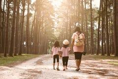 Mère et fille d'enfants tenant la main et marchant ensemble Photos libres de droits