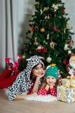 Mère et fille dans des vêtements à la maison de fête sous Noël Photo libre de droits
