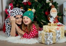 Mère et fille dans des vêtements à la maison de fête sous Noël Images libres de droits
