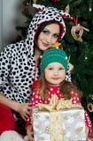 Mère et fille dans des vêtements à la maison de fête sous Noël Photographie stock