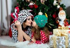 Mère et fille dans des vêtements à la maison de fête sous Noël Photo stock