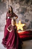 Mère et fille dans l'image de la reine et de la princesse i Photographie stock libre de droits