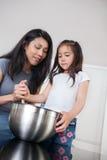 Mère et fille dans la cuisson de cuisine Images libres de droits