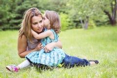 Mère et fille dans la forêt ayant l'amusement Images libres de droits