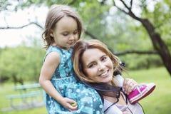 Mère et fille dans la forêt ayant l'amusement Photo stock