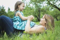 Mère et fille dans la forêt ayant l'amusement Photos libres de droits