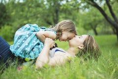 Mère et fille dans la forêt ayant l'amusement Photos stock