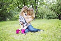 Mère et fille dans la forêt ayant l'amusement Image libre de droits