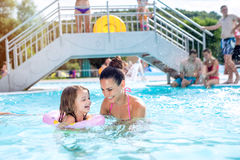 Mère et fille dans la piscine, aquapark Été ensoleillé Images libres de droits