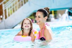 Mère et fille dans la piscine, aquapark Été ensoleillé Photos stock