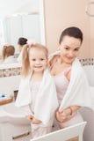 Mère et fille dans la salle de bains Photographie stock libre de droits