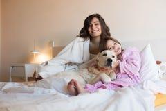 Mère et fille dans le lit images stock