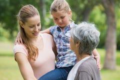 Mère et fille de grand-mère au parc Image libre de droits