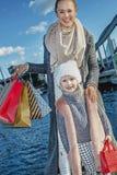 Mère et fille de sourire avec des paniers à Barcelone Photos stock