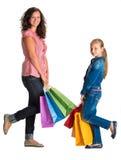 Mère et fille de sourire avec des sacs à provisions Images stock