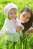 Mère et fille de sourire extérieures Images libres de droits
