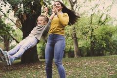 Mère et fille de sourire jouant en nature Photos libres de droits