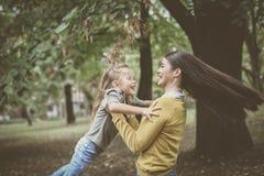 Mère et fille de sourire jouant en nature Image libre de droits