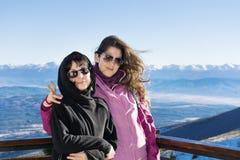 Mère et fille de touristes dans la montagne Photo libre de droits
