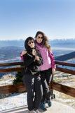 Mère et fille de touristes dans la montagne Image stock