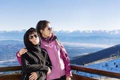 Mère et fille de touristes dans la montagne Photographie stock