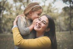 Mère et fille dehors dans un pré Image stock