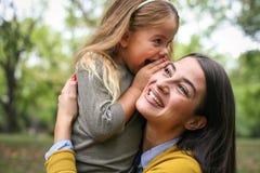 Mère et fille dehors dans un pré Images stock