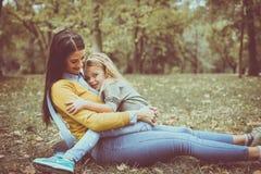 Mère et fille dehors dans un pré Photo libre de droits