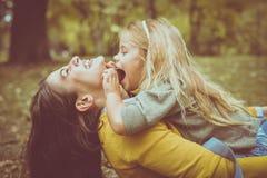 Mère et fille dehors dans un pré Photos libres de droits