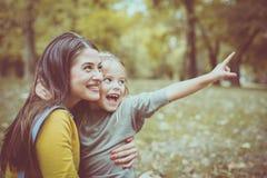 Mère et fille dehors dans un pré Image libre de droits