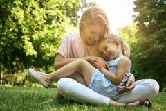 Mère et fille dehors dans un pré Mère et fille p Images stock