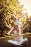 Mère et fille dehors dans un pré Petite fille s'asseyant dessus Photographie stock