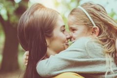 Mère et fille dehors dans un pré PS de mère et de fille Photos libres de droits