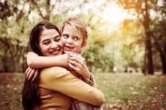 Mère et fille dehors dans un pré PS de mère et de fille Images stock