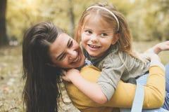 Mère et fille dehors dans un pré PS de mère et de fille Photographie stock libre de droits
