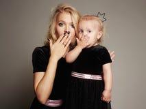 Mère et fille drôles Famille heureux Images stock