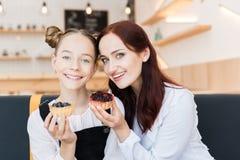 Mère et fille en café avec des desserts Photographie stock libre de droits