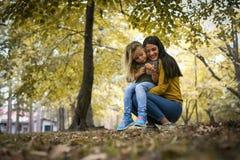 Mère et fille en nature Photos stock